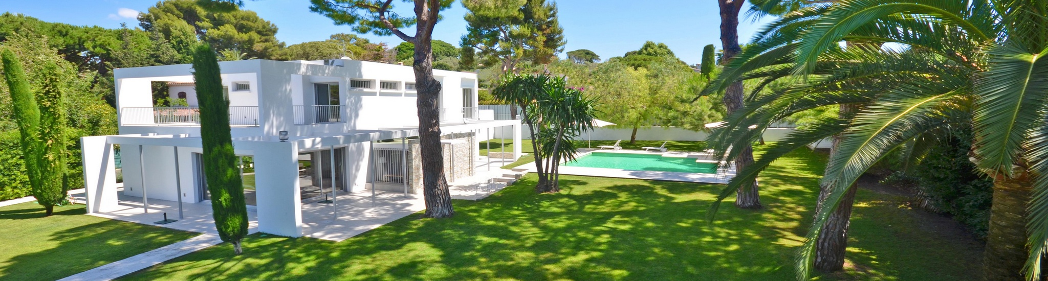 CAP D'ANTIBES - 06160 On the West side of Cap d�Antibes, near the beaches, this modern prope...